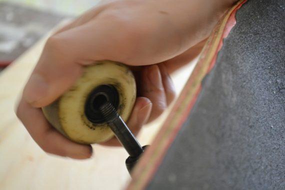 Как поменять колёса на скейтборде: настройка, регулировка, ослабление, замена